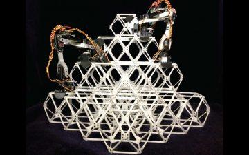 Маленькие роботы-сборщики вместе строят большие конструкции