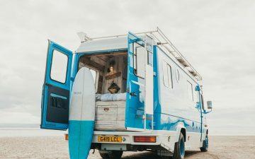 Старый фургон превратился в богемную пляжную хижину на солнечных батареях