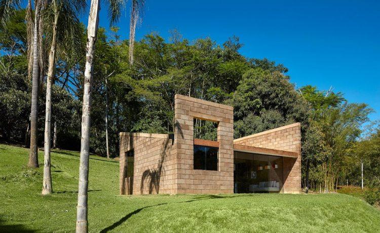Минималистский дом в Бразилии построен из отходов горнодобывающей промышленности