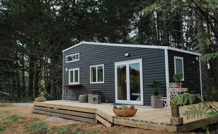 Крошечный домик Cherry Picker с просторным интерьером и прекрасными видами из окон