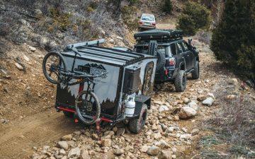 Угловатый трейлер-«слезинка» с поднимающимся верхом для комфортных поездок и отдыха на природе