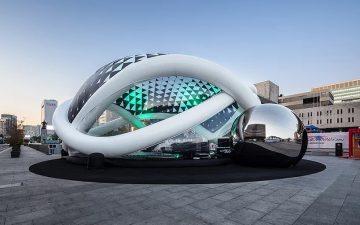 Надувной кинотеатр с роботизированной рукой появился в Южной Корее
