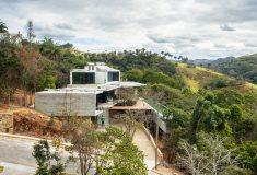 Этот современный дом в Бразилии полностью обеспечивается энергией от солнечных батарей