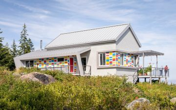 Этот красочный дом похож на спасательные буи местных рыбаков