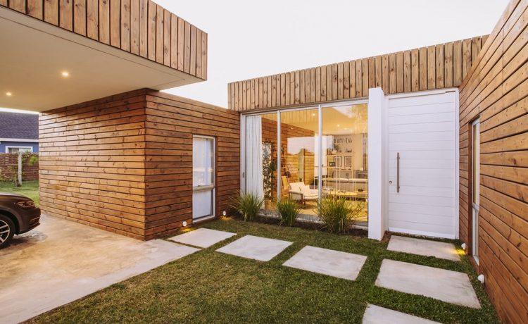Дом из доступных и устойчивых материалов построен на окраине Монтевидео