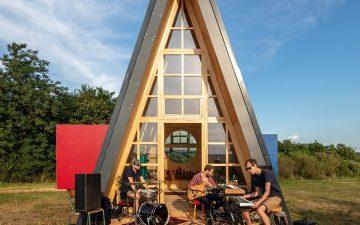 Hello Wood представляет сборный A-образный дом, в котором могут разместиться до 8 человек