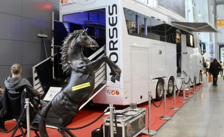 Шестиколесный автодом за $550 тысяч рассчитан на 6 человек и 5 лошадей