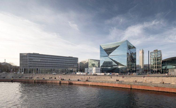Cube Berlin - кубовидное офисное здание, которое управляется через смартфон