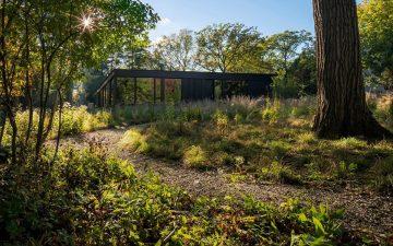 Дом, построенный из натуральных материалов, гармонирует с окружающим ландшафтом