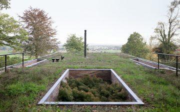 «Дом-невидимка» с зеленой крышей исчезает в окружающем ландшафте