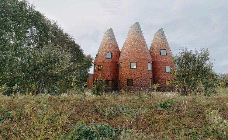 Причудливый деревянный дом Bumpers Oast выполнен в стиле солодосушилки