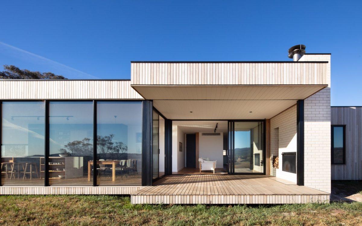 Этот эффектный и современный сельский дом состоит из трех сборных модулей
