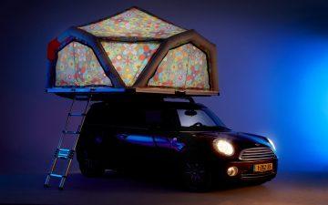 Надувная палатка на крыше превращает небольшой автомобиль в мини-кемпер