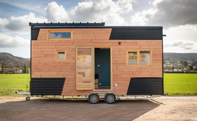 Крошечный дом на колесах с раздвижной крышей: теперь без кухни, но с большой гостиной