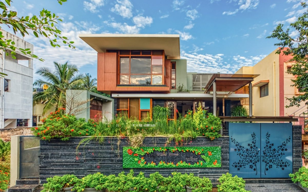 Эффектный дом для индийской семьи, в котором гармонично сочетаются сады и жилые помещения