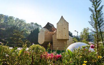 Деревянный павильон в парке на Тайване выглядит как гигантский скворечник