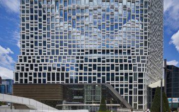 На здании головного офиса компании Hanwha установлен новый энергогенерирующий фасад