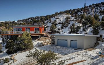 Ярко-оранжевый дом из транспортных контейнеров с видом на горные вершины сдается в аренду
