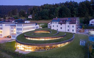 Время пришло: открылся спиралевидный музей часов с «зеленой» крышей