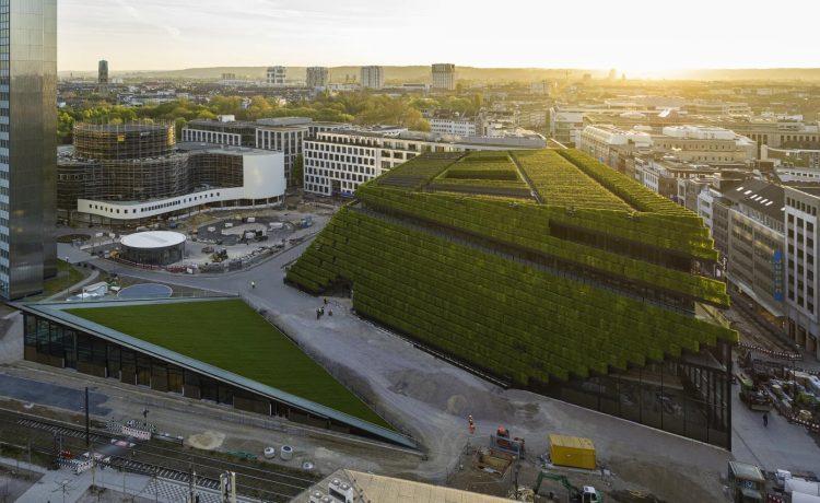 Самый большой в Европе зеленый фасад насчитывает 30 тысяч живых изгородей