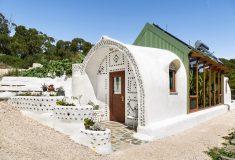 Причудливый глинобитный дом построен из восстановленных шин и бутылок