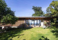 Деревянные решетчатые стены обеспечивают вентиляцию этого красивого дома в Коста-Рике
