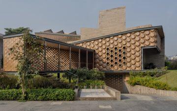 Дом-улей с зеленой крышей адаптируется под условия освещения в течение дня