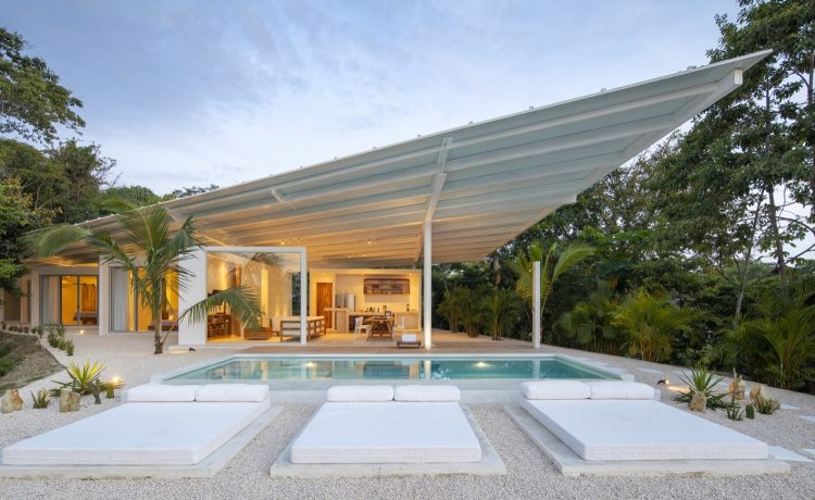 Роскошный сборный дом в Коста-Рике с впечатляющей крыловидной крышей
