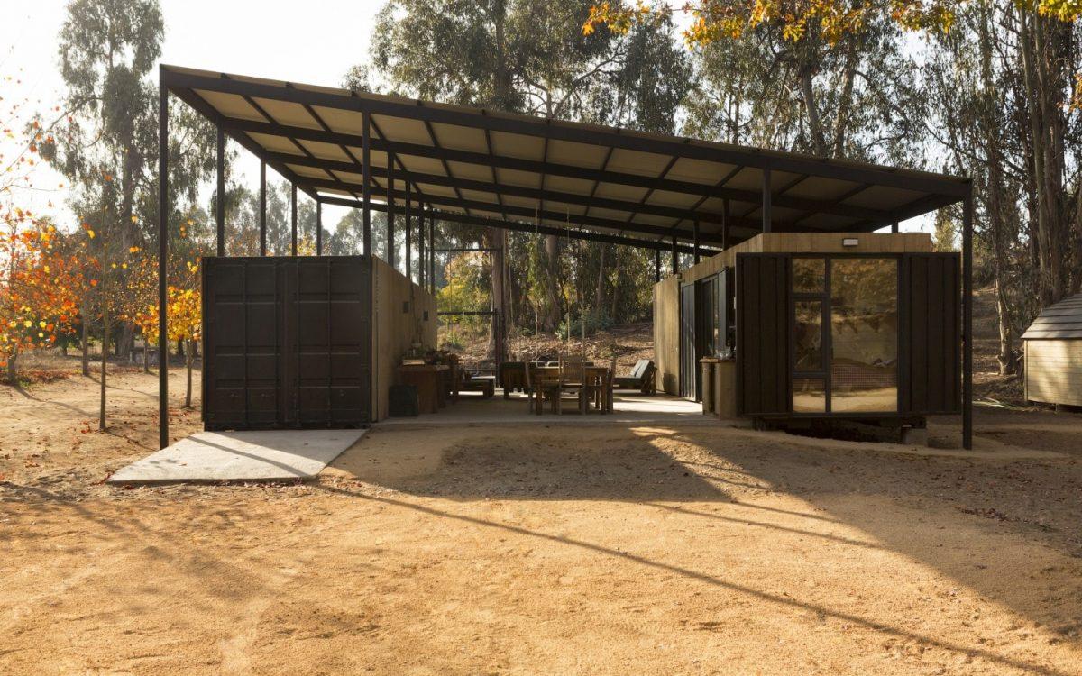 Дом из контейнеров с большим навесом и открытой террасой в Чили