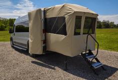 Автофургон Embassy Sport c выдвижной задней палаткой для любителей отдыхать на природе