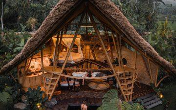 Этот скрытый зеленью глэмпинг на Бали полностью построен из бамбука