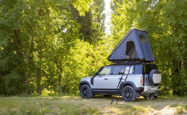 Land Rover Defender с палаткой на крыше превратился в легкий кемпер