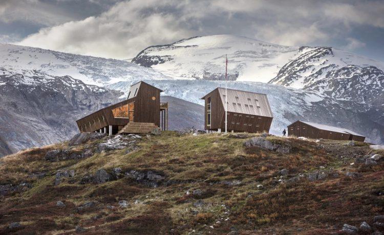 Прочные туристические домики на норвежской турбазе способны противостоять сильным ветрам
