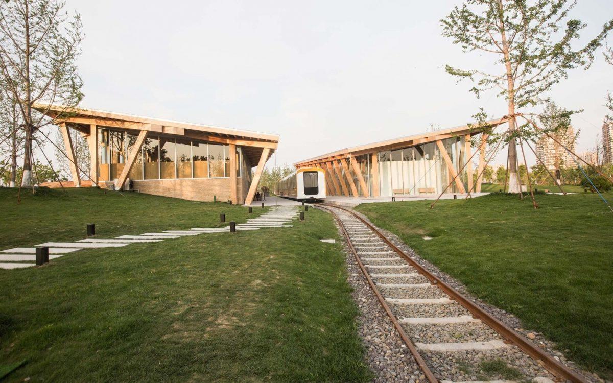 Очаровательный деревянный вокзал подчеркивает красоту природы Китая