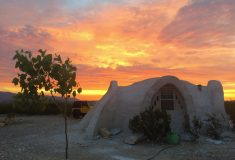 Купольный дом на солнечной энергии в пустыне Техаса – идеальное место для уединения