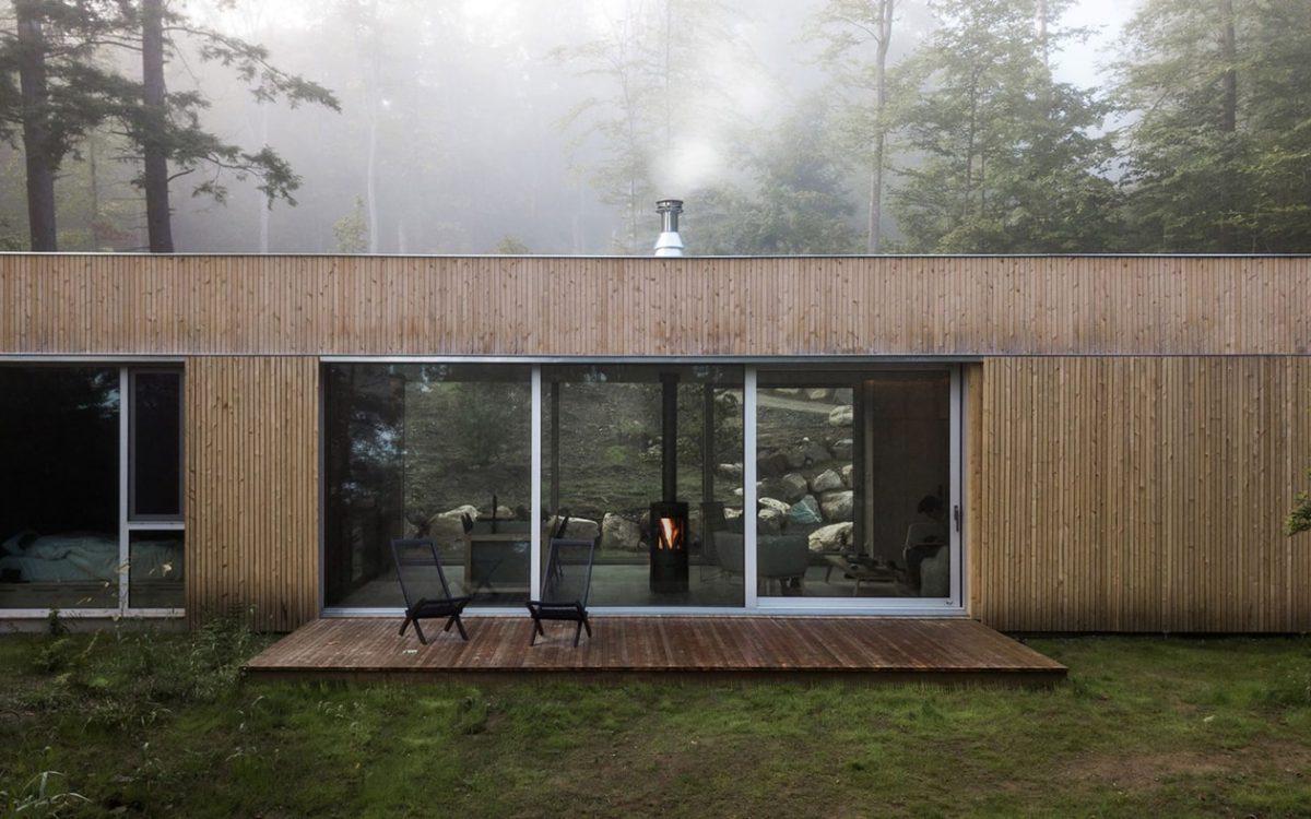 Hinterhouse: узкий сборный дом для отдыха в лесу Квебека