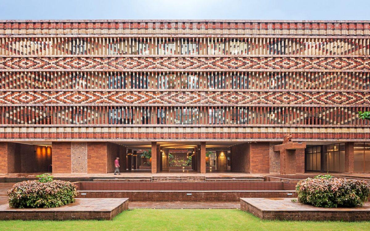 Необычный фасад у нового правительственного здания в Индии