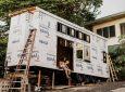 Семейная пара и их друзья самостоятельно построили современный мини-дом на колесах
