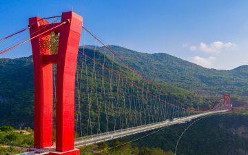Самый длинный в мире мост со стеклянным дном открылся в Китае
