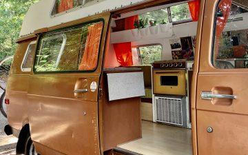 Пара студентов модернизировала фургон Chevy 1975 года для учебы и жизни во время пандемии