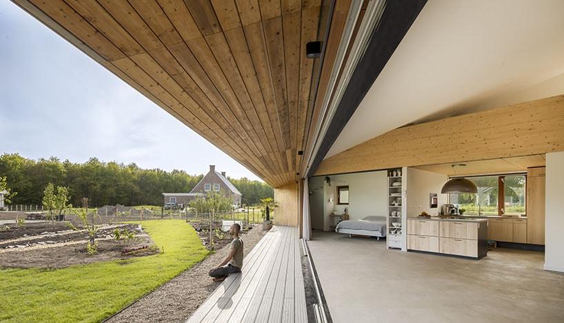 Большая раздвижная дверь объединяет экстерьер и интерьер дома в Нидерландах