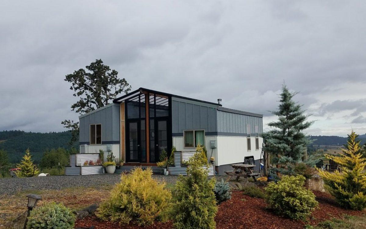 Архитектор Брайн Крэбб соединил два мини-дома застекленной террасой