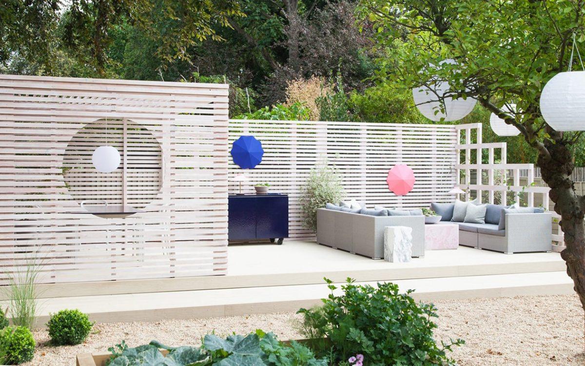 Основатели 2LG Studio построили беседку в стиле Битлджюса для собственного дома