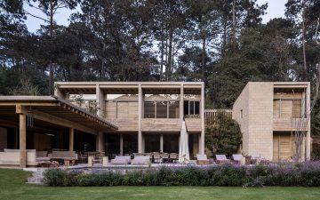 Дачный дом построен из глиняных блоков, сосны и бетона