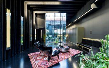«Затерянный дом» Давида Аджайе с черным интерьером и спальней с бассейном