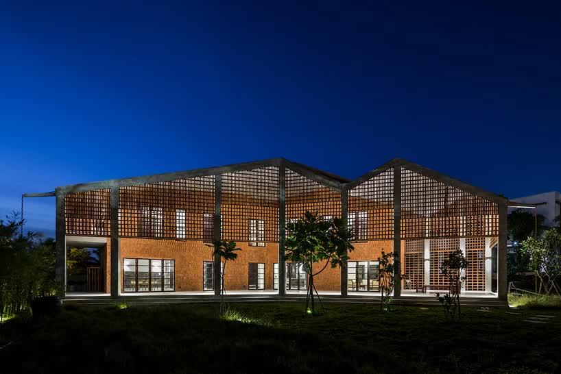 Пористый кирпичный фасад окружает «тропическое шале» в Дананге, Вьетнам