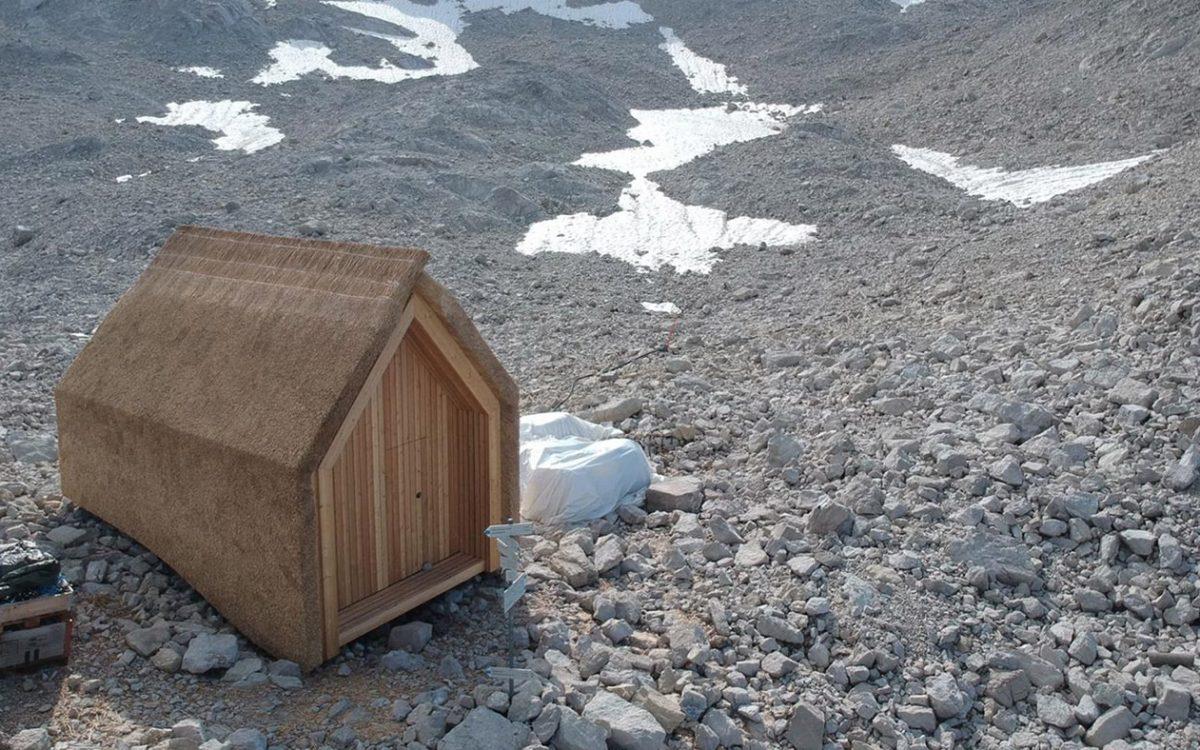 Студенты построили прототип альпийской хижины с крышей из тростника
