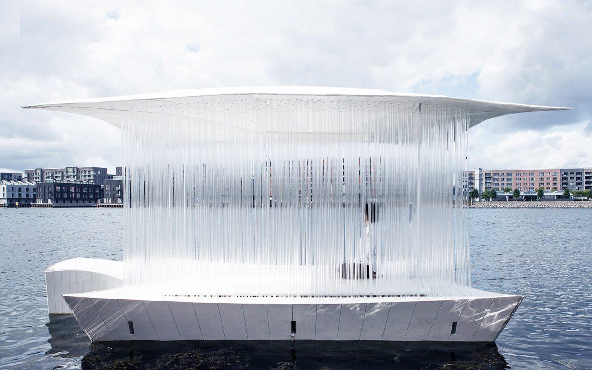 Прозрачный чайный домик отправился в плавание по каналам Копенгагена