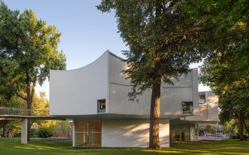 Зимний дом изобразительных искусств построен вокруг 200-летних деревьев