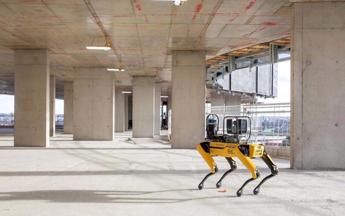 Робот-собака выполняет функции инспектора на строительной площадке